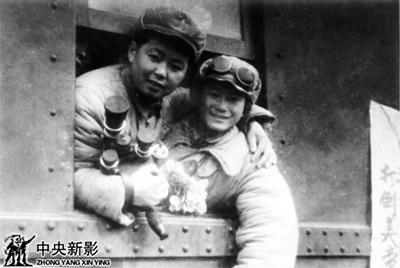 1950年冬本文作者(左)拍摄中国人民志愿军赴朝.jpg