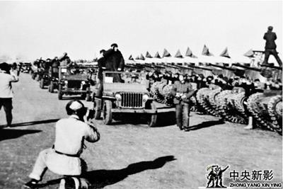 1949年新影摄影师在南苑机场拍摄毛泽东主席检阅部队