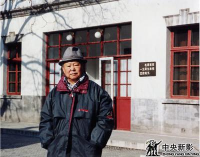 毛泽东主席诞辰100周年,本文作者在双清别墅毛主席故居前留念