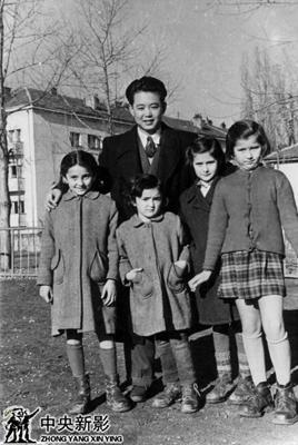 1955年本文作者在南斯拉夫拍摄时与当地儿童一起