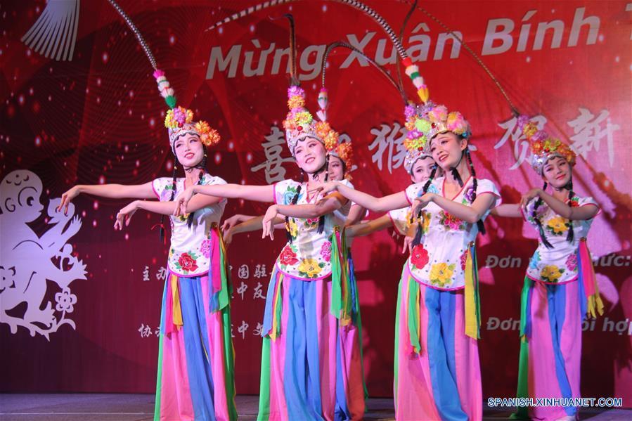 HANOI, 2 feb (Xinhua) --  Estudiantes chinos actuaban durante el espectáculo de la Fiesta de Primavera de 2016 organizado por la embajada china en Vietnam, en Hanoi, capital de Vietnam el 2 de febrero.  (Xinhua/Le Yanna)