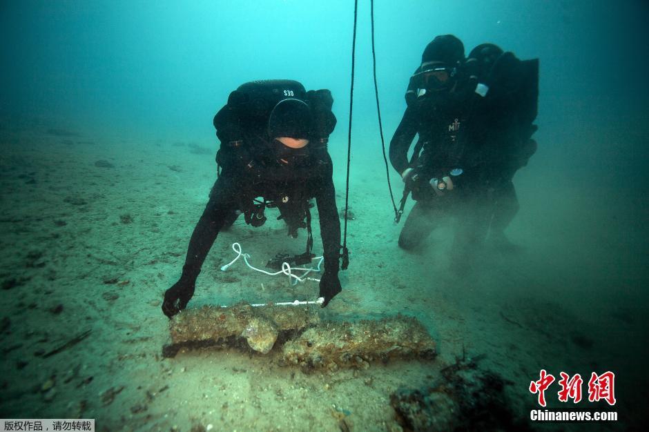 Photos : des plongeurs-démineurs détruisent des obus au large de Marseille