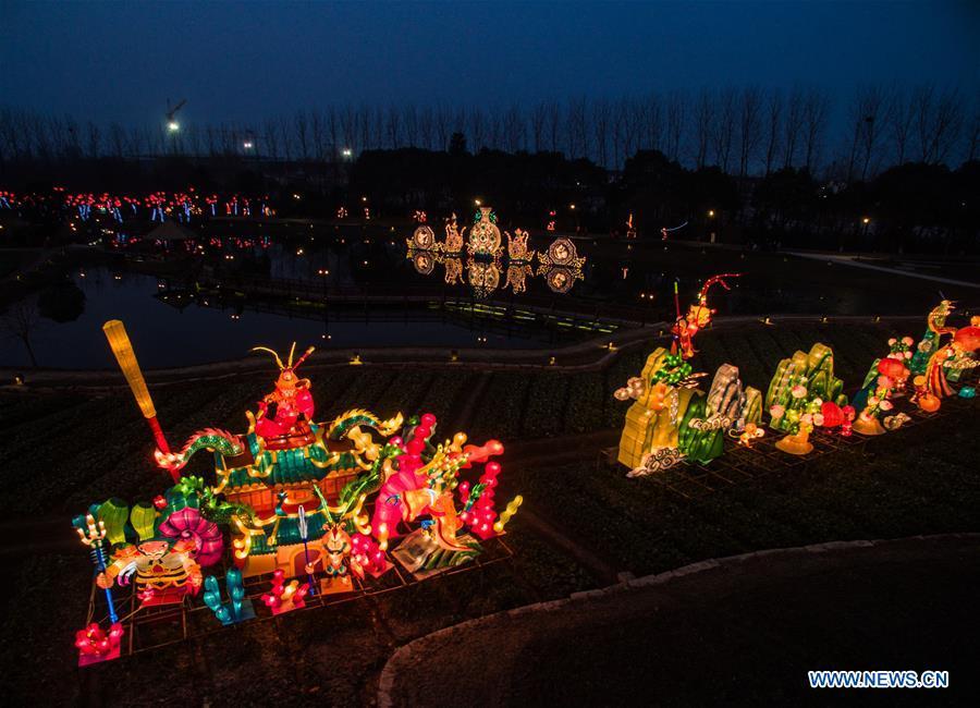 Photo prise le 5 février 2016 montrant des lanternes géantes à Wuzhen, dans la province du Zhejiang (est de la Chine). Un festival de lanternes local a débuté à Wuzhen pour accueillir la Fête du Printemps. (Xinhua/Xu Yu)