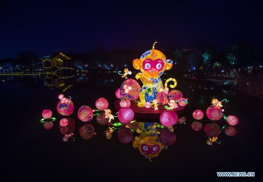 Photo prise le 5 février 2016 montrant une lanterne géante à Wuzhen, dans la province du Zhejiang (est de la Chine). Un festival de lanternes local a débuté à Wuzhen pour accueillir la Fête du Printemps. (Xinhua/Xu Yu)