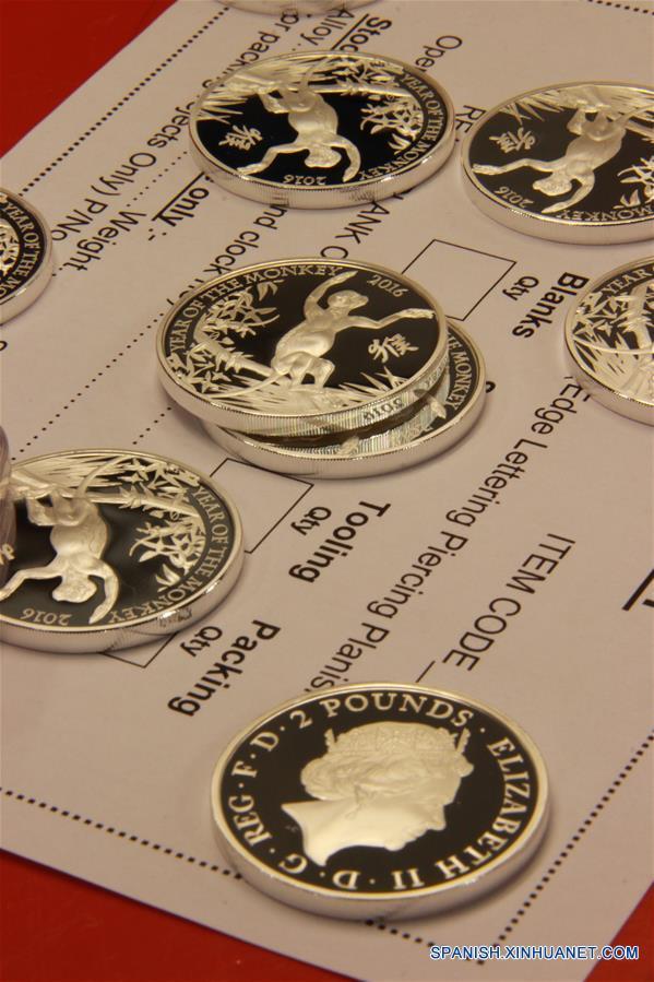 Monedas de Año lunar del mono se ven en la mesa de un taller en la Real Casa de la Moneda en Llantrisant, Gran Bretaña, 1 de febrero de 2016. La Real Casa de la Moneda el viernes dio a conocer su más reciente colección de monedas de oro y plata con la figura de un mono juguetón para celebrar el Año del Mono. (Xinhua / Wu Congsi)