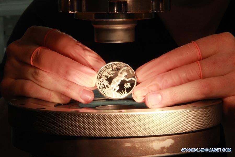 La Real Casa de la Moneda el viernes dio a conocer su más reciente colección de monedas de oro y plata con la figura de un mono juguetón para celebrar el Año del Mono. (Xinhua / Wu Congsi)
