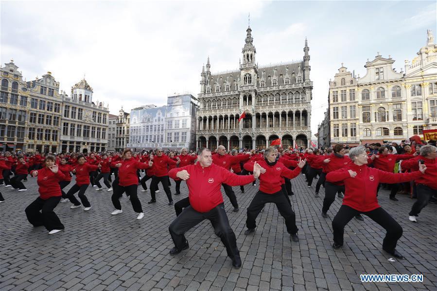 Des gens participent à la Parade du Nouvel An chinois à Bruxelles, en Belgique, le 6 février 2016. (Xinhua/Ye Pingfan)