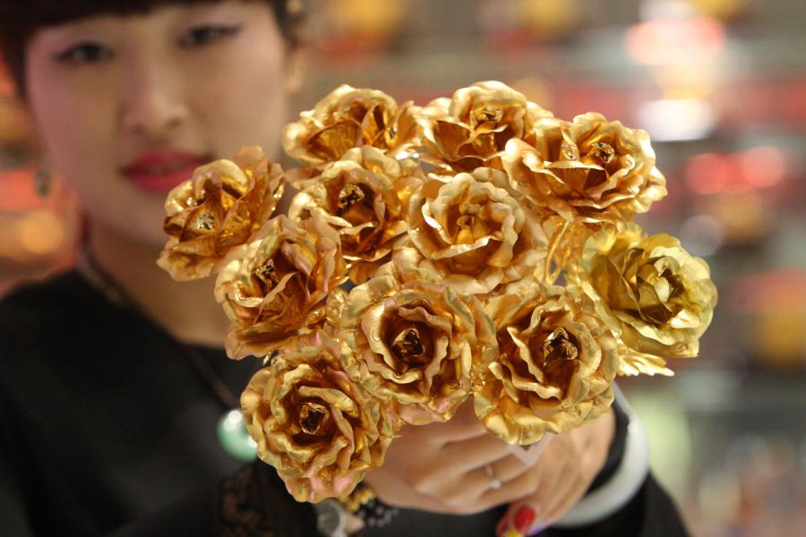Saint-Valentin: offrez-lui un bouquet de roses en or
