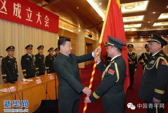 2016年2月1日,中国人民解放军战区成立大会在北京八一大楼隆重举行。中共中央总书记、国家主席、中央军委主席习近平向东部战区、南部战区、西部战区、北部战区、中部战区授予军旗并发布训令。这是习近平将军旗授予东部战区司令员刘粤军、政治委员郑卫平。资料图