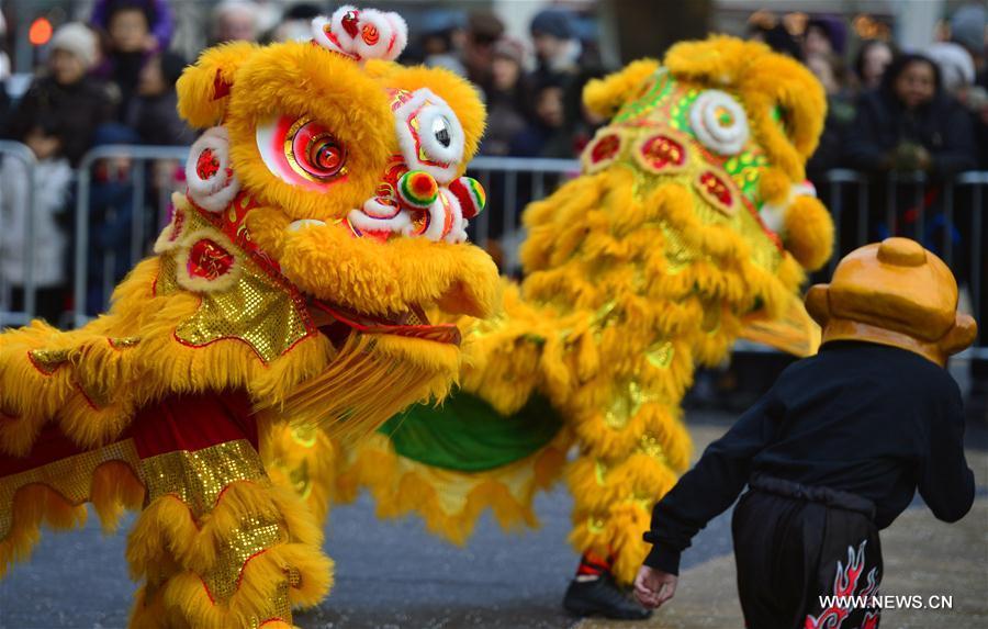 Un spectacle gratuit se déroule pour célébrer le Nouvel An chinois au Lincoln Center à New York, le 9 février 2016. (Xinhua/Wang Lei)