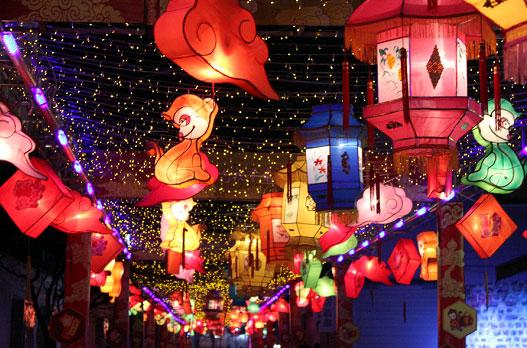 Des lanternes sur le thème du singe installées dans le Parc Yuexiu pour marquer l
