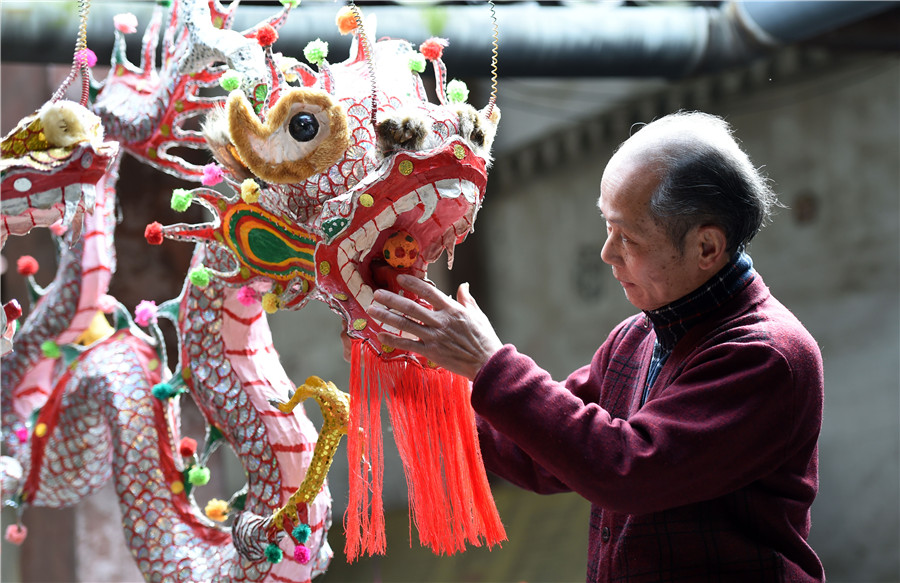Un artisan maintient vivante la tradition des lanternes-dragon à pétards du Guangxi