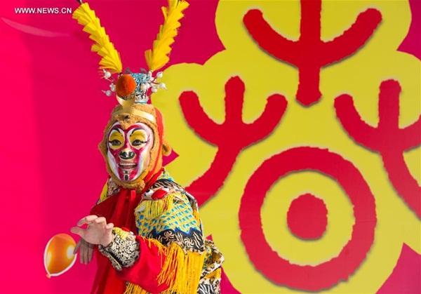 """لعب فنان صيني دور """"الملكة القرد"""" في مهرجانات المعابد التقليدية الصينية المقامة في القاهرة"""