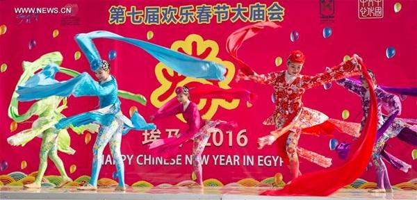قدمت الراقصات الصينيات رقصة في مهرجانات المعابد التقليدية الصينية المقامة في القاهرة