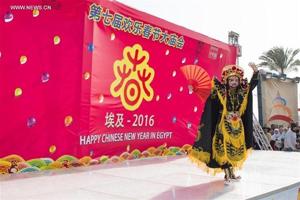 قدم فنان صيني عرض أوبرا سيتشوان الصيني في مهرجانات المعابد التقليدية الصينية المقامة في القاهرة