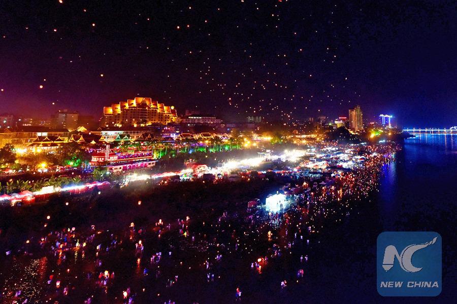 Pour célébrer la Fête des lanternes, les habitants de Jinghong, ville de la préfecture de Xishuangbanna, dans le sud-ouest de la Chine font des milliers de lanternes Kongming, ou lanternes célestes. (Xinhua/Hao Yaxin)