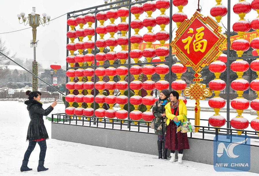 Des filles posent pour une photo devant des lanternes à Changchun, ville de la province du Jilin, dans le nord-est de la Chine le 22 février 2016. (Xinhua/Xu Chang)
