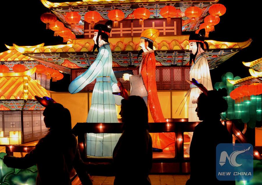 Le 21 février 2016, un parc de la ville de Kaifeng (province du Henan) est décorée par des lanternes. (Xinhua/Li An)