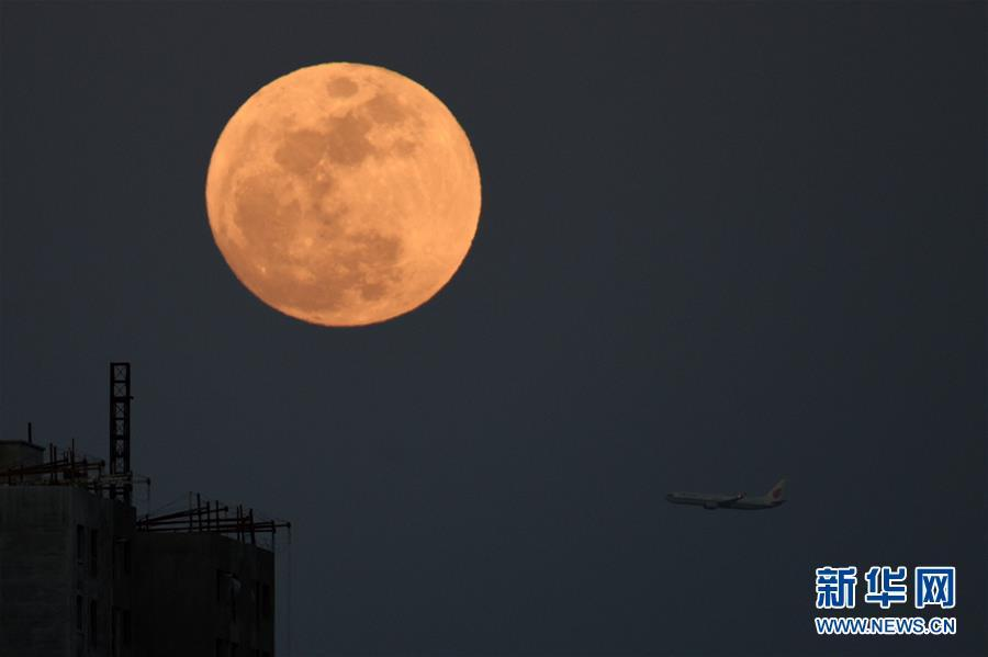 La pleine lune dans le ciel à l