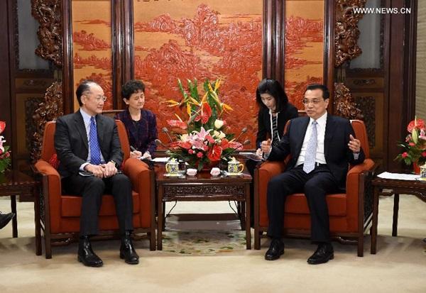 يوم 24 فبراير، رئيس مجلس الدولة الصيني لي كه تشيانغ يلتقي رئيس البنك الدولي جيم يونغ كيم في بكين