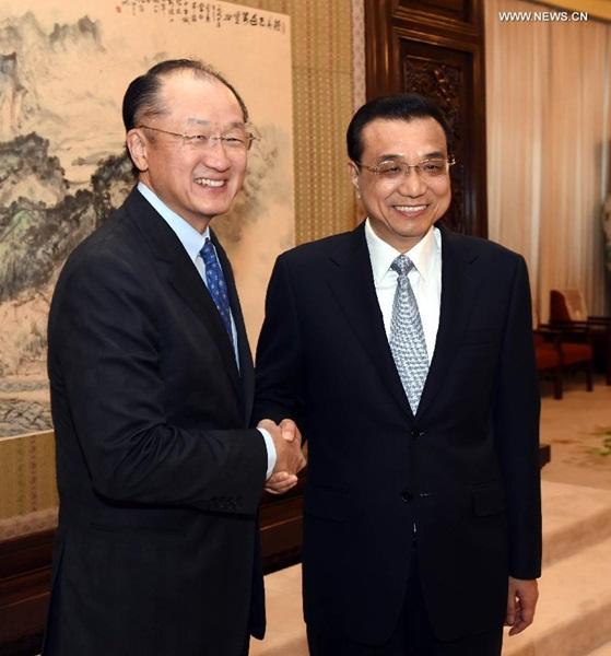 يوم 24 فبراير، رئيس مجلس الدولة الصيني لي كه تشيانغ يلتقي رئيس البنك الدوليجيم يونغ كيم في بكين