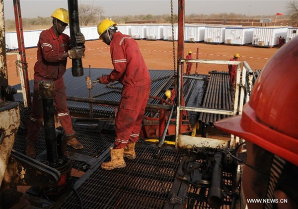 قدم الفني الصيني ارشادات للعمال السودانيين في محطة معالجعة المياه بالسودان