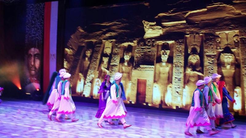 فرقة رضا للفنون الشعبية تهز خشبة المسرح الوطني الصيني