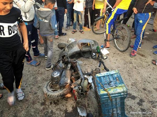 الناس يتجمع في السوق التي وقع فيها انفجار تسفر عن مقتل 23 وجرح 36