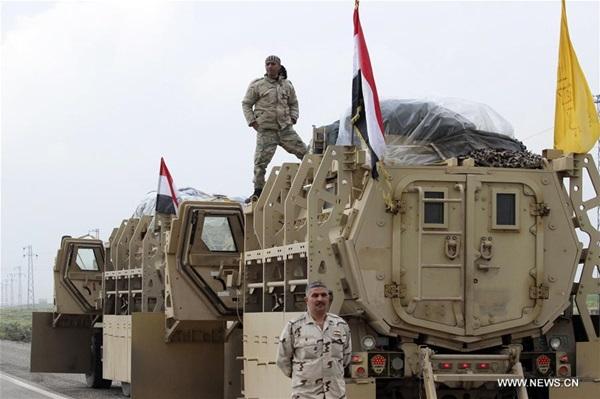 الجندي العراقي يأخذ بندقية وينطلق إلى منطقة مخمور لمشاركة في المعركة