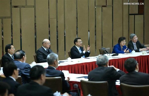 زار رئيس مجلس الدولة لي كه تشيانغ مستشارين سياسيين من قطاعي الاقتصاد والزراعة وحضر الاجتماع مع المستشارين