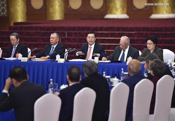 زار كبير المشرعين تشانغ ده جيانغ المستشاريين السياسيين من منطقتي هونج كونج وماكاو الخاصتين وشارك المشاور مع المستشاريين
