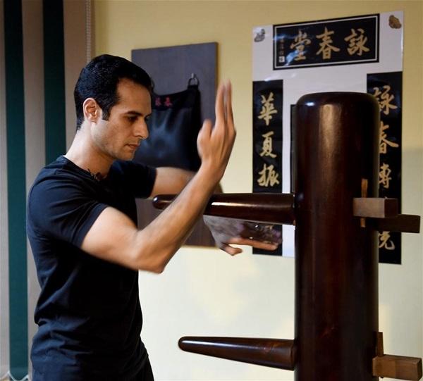 محمد نوح يمارس فن القتال الصيني التقليدي وينغ تشون مع طالبه في مدرسته في منطقة معادي جنوب القاهرة