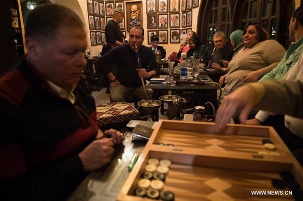 يجتمع الناس في مقهى بمحافظة الجيزة المصرية للتمتع بالفراغ