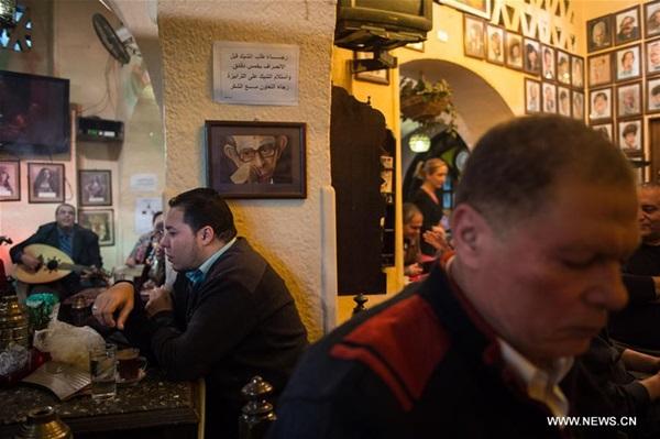الناس في مقهى بمحافظة الجيزة المصرية للتمتع بالفراغ