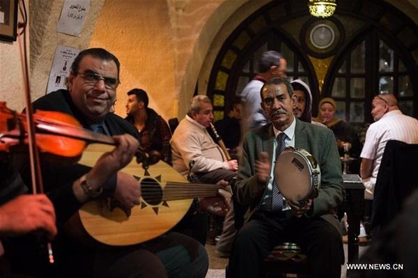فرقة موسيقية تؤدي عرضا عربيا تقليديا في مقهى بالجيزة