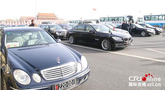 开幕式前,各国驻华大使约150多辆专车分成5排停放在人民大会堂东门外的马路上。摄影:黎萌