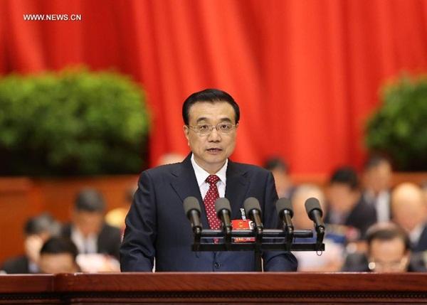 قدم لي كه تشيانغ رئيس مجلس الدولة (مجلس الوزراء) تقرير عمل الحكومة إلى الدورة السنوية الرابعة للمجلس الوطني الثاني عشر لنواب الشعب الصيني