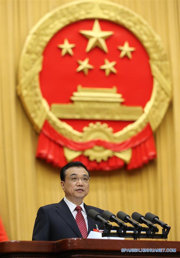 El primer ministro, Li Keqiang, presenta el Informe sobre la Labor del Gobierno en en la inauguración de la sesión anual de la Asamblea Popular Nacional (APN), máximo órgano legislativo del país, en Beijing, capital de China, el 5 de marzo de 2016. (Xinhua/Liu Weibing)
