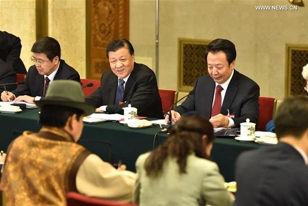 عضو اللجنة الدائمة للمكتب السياسي للجنة المركزية للحزب الشيوعي الصيني ليو يون شان ينضم  إلى نواب من منطقة منغوليا الداخلية ذاتية الحكم فى المناقشات