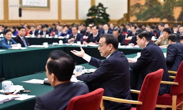 انضم رئيس مجلس الدولة الصيني لي كة تشيانغ لمناقشات مجموعة من المشرعين من مقاطعة شاندونغ من الدورة السنوية للهيئة التشريعية الوطنية