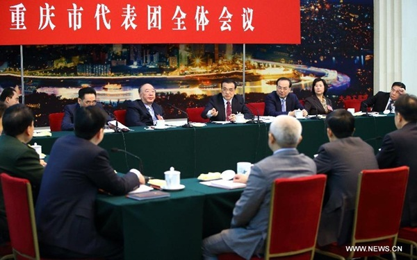 انضم رئيس مجلس الدولة لي كه تشيانغ وقادة صينيون آخرون الى مشرعين وطنيين لمناقشة تقرير عمل الحكومة