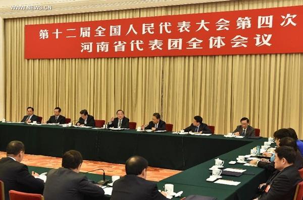 انضم يوي تشنغ شنغ رئيس المجلس الوطني للمؤتمر الاستشاري السياسي للشعب الصيني من نواب المجلس الوطنى لنواب الشعب الصينى إلى مشرعين للمناقشة