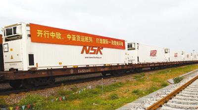 """厦门自贸区开出蓉欧货运国际班列,实现与""""一带一路""""无缝对接。   王协云摄"""