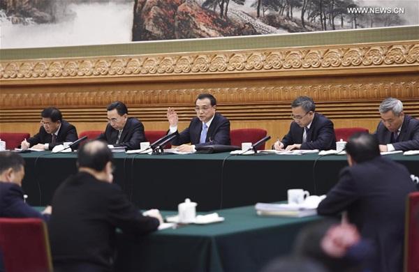 انضم رئيس مجلس الدولة الصيني لي كه تشيانغ إلى نقاش مجموعة من النواب في المجلس الوطني لنواب الشعب الصيني من مقاطعة قوانغدونغ