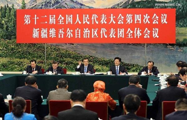 رئيس مجلس الدولة لي كه تشيانغ ينضم إلى مناقشات مع المشرعين الوطنيين من منطقة شينجيانغ الويغورية ذاتية الحكم