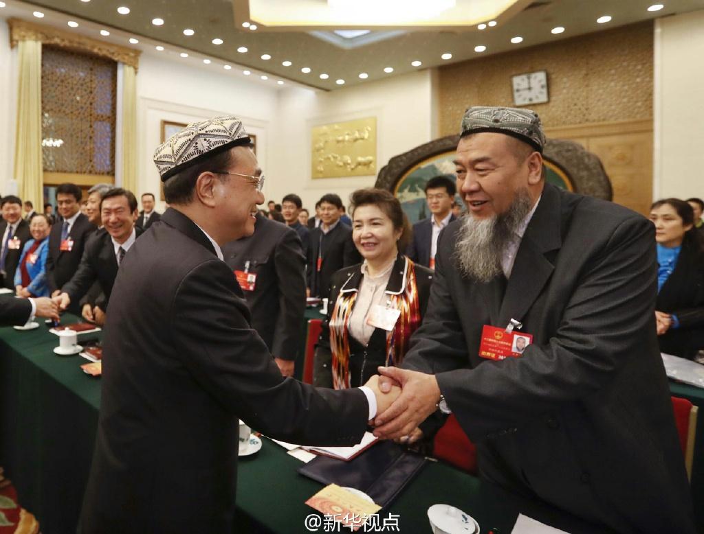 رئيس مجلس الدولة الصيني يشارك وفد شينجيانغ في المراجعة