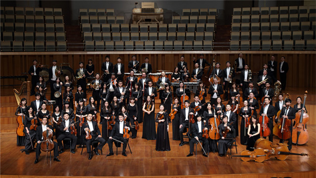 """国家大剧院管弦乐团   随着国家大剧院""""中国交响乐之春""""连续四届的成功举办,这两年一度的中国交响音乐盛事,已成为国家大剧院一大品牌项目,并得到了社会和观众的广泛关注。2016年4月8日至29日,第五届""""中国交响乐之春""""如期而至,在21天的时间里,12支国内优秀交响乐团、12位著名指挥家及千余名音乐家将在国家大剧院轮番登场,带来以""""中国交响记忆""""为主题的12场精彩演出。   在第五届""""中国交响乐之春""""即将开幕之"""