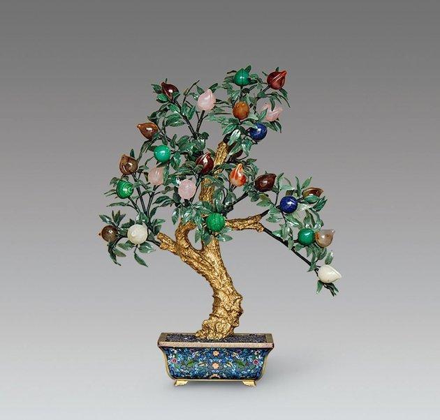 掐丝纯金双龙戏珠活环手镯   掐丝,是景泰蓝制作中最关键的装饰工序。将金银或其他金属细丝,按照墨样花纹的曲屈转折,掐成图案,粘焊在器物上,谓之掐丝。此项工艺不仅在宝石、金银饰上运用,珐琅器也运用,如掐丝珐琅器等。