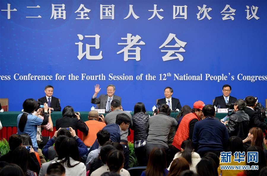 محافظ بنك الشعب الصيني يجيب على أسئلة الصحفيين