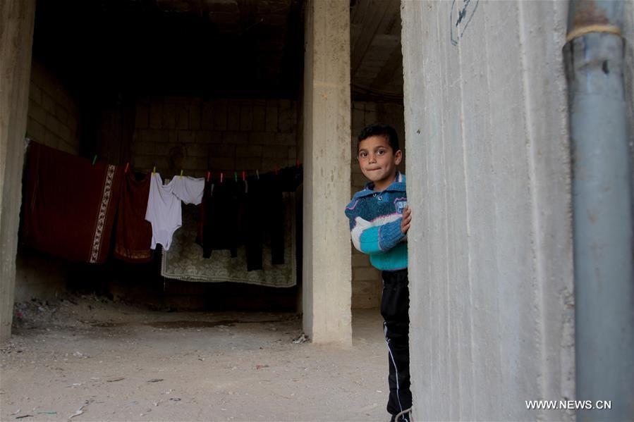 لعب الأطفال في الضاحية الجنوبية لدمشق. مضت خمس سنوات على اندلاع أزمة سوريا منذ مارس عام 2011، وقد أدى الى 6.5 مليون نازح وخروج مليوني طفل من المدارس